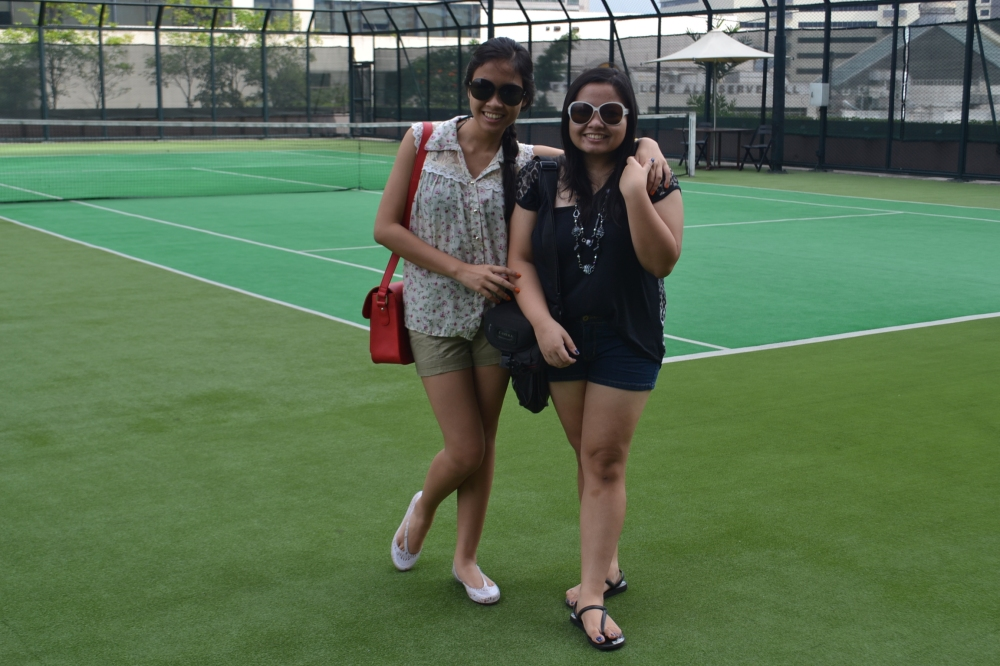 WALKING AROUND. After settling in, we had lunch in Mang Yann (somewhere very near, as we were hungry) and looked at the different facilities. Then we --my mother and tita, that is-- had the idea of playing tennis.