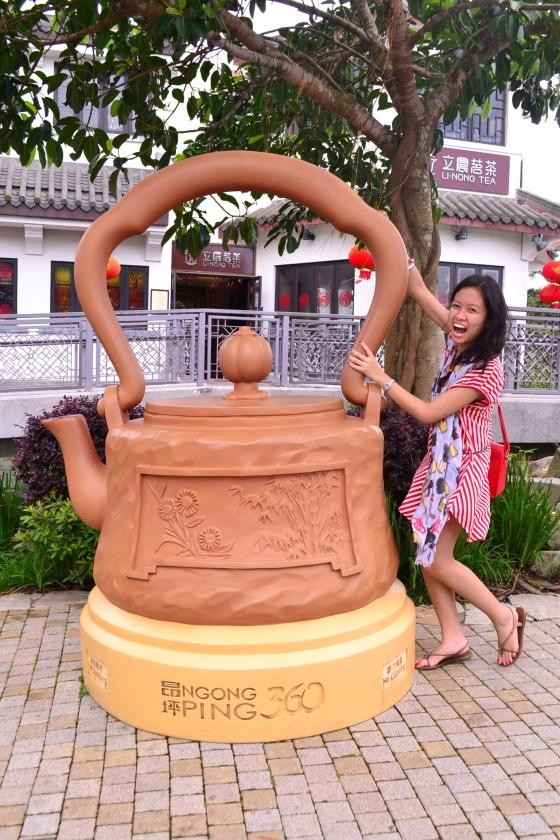 Aaaah giant tea kettle. I loved it with my tea-infused heart.