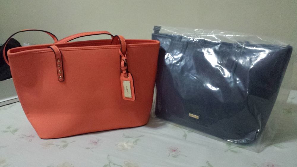 The orange tote on the left was my summer bag, the one on the right is my sister's, newly bought and new in Aldo's autumn line. :) But really, the twinning is strong in this one.